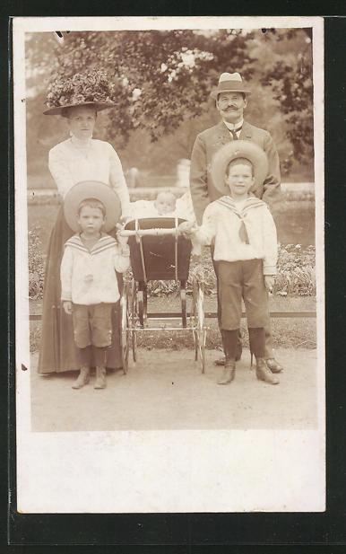 AK eine Familie mit Kinderwagen