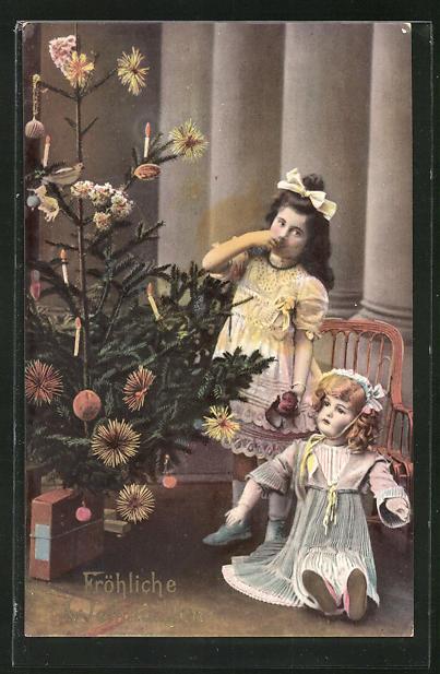 AK Fröhliche Weihnachten, Mädchen mit Puppe unterm Weihnachtsbaum