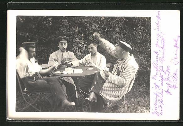 AK Soldaten beim Kartenspiel am Tisch sitzend