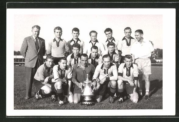 AK Wetzlar, Fussballmannschaft mit Pokal