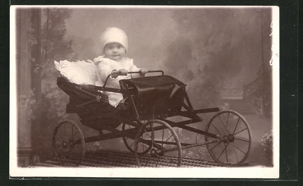 Foto-AK Kind mit heller Mütze im Kinderwagen