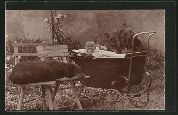 Foto-AK Kleinkind mit Schnuller im Kinderwagen
