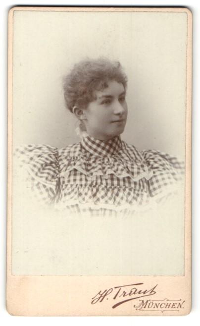 Fotografie H. Traut, München, Portrait junge Frau mit zusammengebundenem Haar
