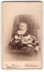 Fotografie Emil Winzer, Potschappel, Portrait Kleinkind in Kleidchen