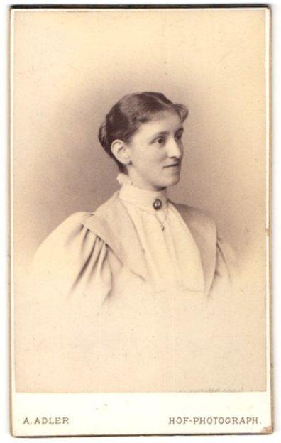 Fotografie A. Adler, Dresden, Portrait Dame mit zusammengebundenem Haar