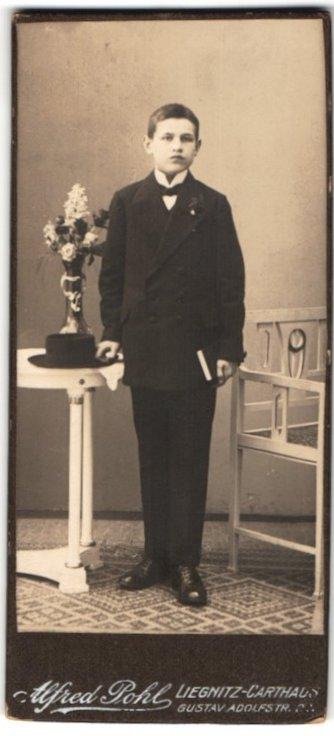 Fotografie Alfred Pohl, Liegnitz-Carthaus, Portrait Knabe in festlichem Anzug