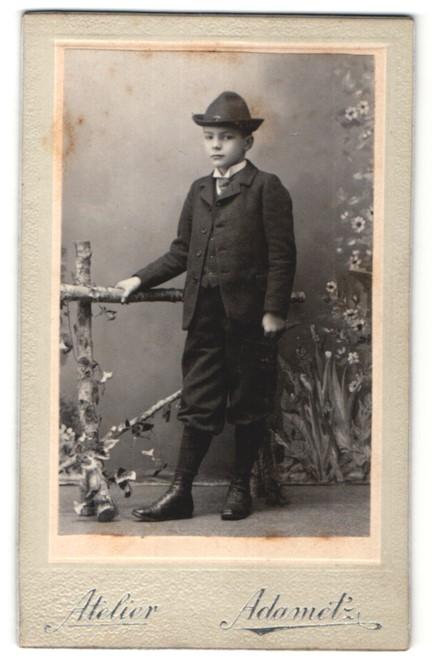 Fotografie Atelier Adametz, Wien, Portrait Knabe in festlicher Garderobe mit Hut