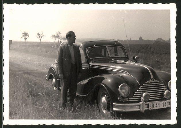 Fotografie Auto EMW 340, Fahrer neben PKW auf einem Feldweg