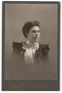 Fotografie Atelier Gray, Boston / Massachusetts, Portrait Edeldame mit Zwicker im Kleid