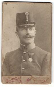 Fotografie Hans Makart, Wien, Portrait Österreichischer Soldat mit Orden
