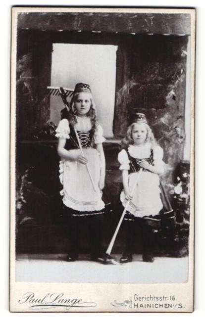 Fotografie Paul Lange, Hainichen i. S., Mädchen im Karnevalskostüm mit Harke