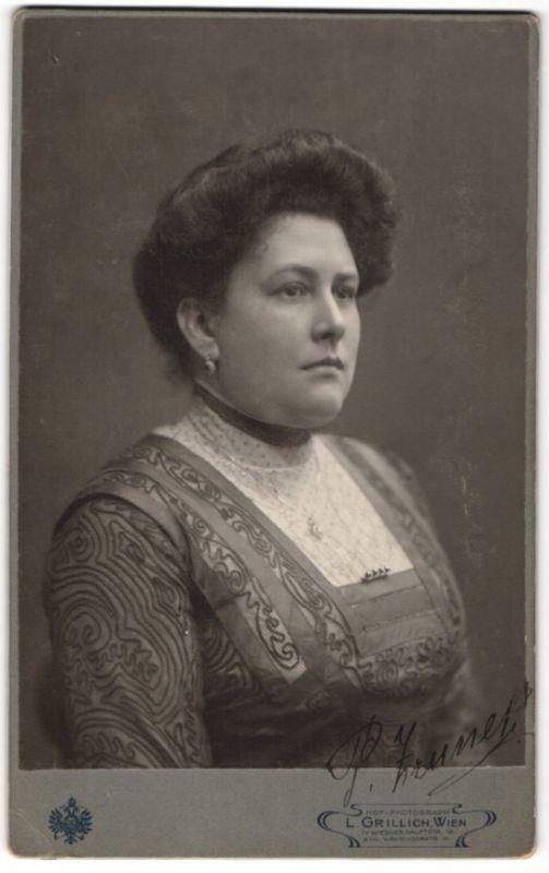 Fotografie L. Grillich, Wien, Portrait Edeldame mit Schmuck Halskette & Ohrringe