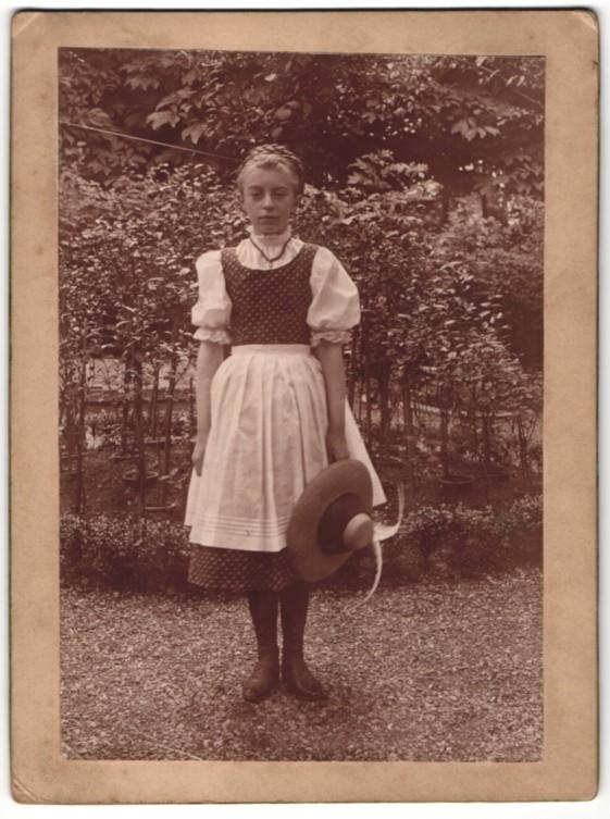 Fotografie Tiroler Mädchen posiert in Tracht