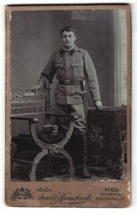 Fotografie Arnold Hirnschrodt, Ried, Portrait Soldat mit Seitengewehr, Bajonett