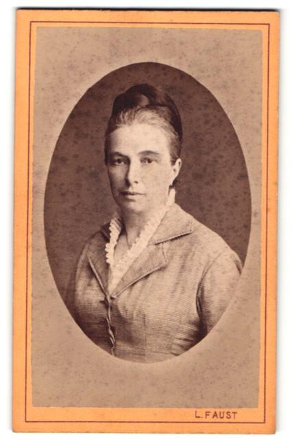 Fotografie L. Faust, Pressburg, Portrait Dame mit zeitgenöss. Frisur