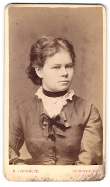 Fotografie P. Schindler, Regensburg, Portrait Fraulein mit zusammengebundenem Haar