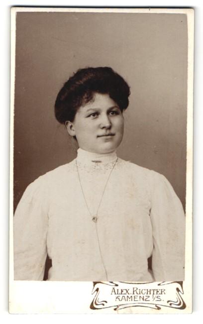 Fotografie Alexander Richter, Kamenz i/S, Portrait Frau mit zeitgenöss. Frisur