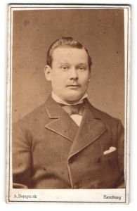 Fotografie S. Dempzok, Hamburg, Portrait junger Mann mit zurückgekämmtem Haar