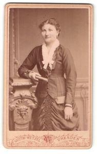 Fotografie Gustav Wetzel, Dresden, Portrait junge Frau in zeitgenöss. Kleidung