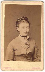 Fotografie W. Berndt, Dresden, Portrait junge Frau mit geflochtenem Haar