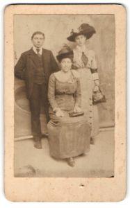 Fotografie unbekannter Fotograf und Ort, Portrait junger Herr und zwei Damen in zeitgenöss. Mode