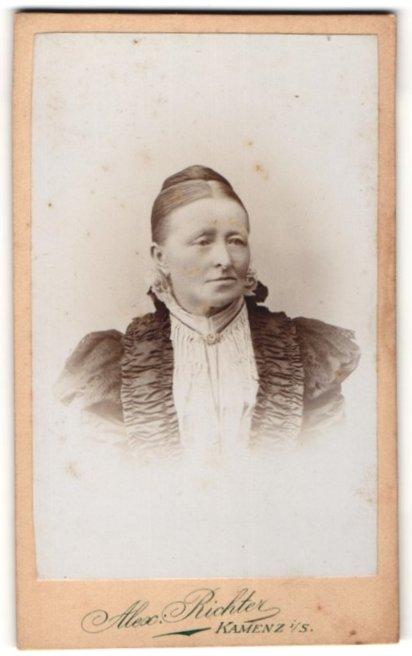 Fotografie Alex. Richter, Kamenz i/S, Portrait Frau in zeitgenöss. Garderobe