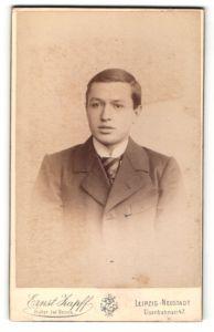 Fotografie Ernst Zapff, Leipzig-Neustadt, Portrait junger Herr mit Seitenscheitel