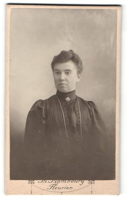Fotografie M. Maboury, Fleurier, Portrait Dame mit zeitgenöss. Frisur