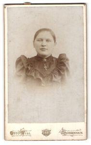 Fotografie Otto Will, Grossenhain, Portrait junge Frau mit Kruzifix