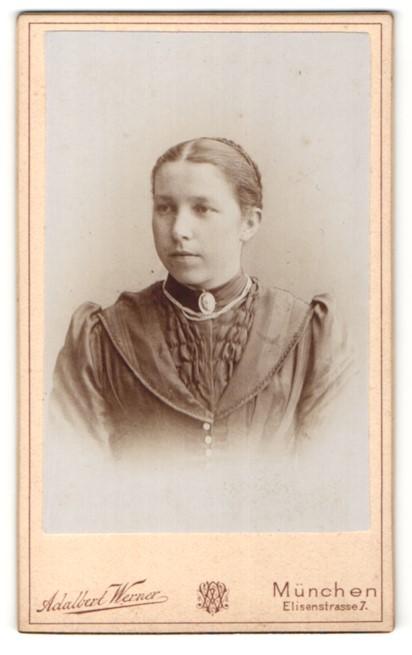 Fotografie Adalbert Werner, München, Portrait junge Frau mit zusammengebundenem Haar