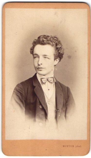 Fotografie M. L. Winter, Prag & Carlsbad, Portrait junger Herr mit zeitgenöss. Frisur