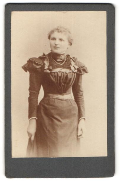 Fotografie unbekannter Ort, Portrait Fräulein in zeitgenöss. Kleid