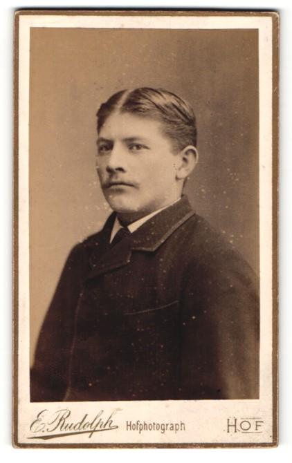Fotografie E. Rudolph, Hof, Portrait junger herr mit zeitgenöss. Frisur