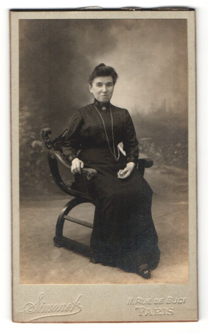 Fotografie Simonet, Paris, Portrait Dame in zeitgenöss. Kleidung