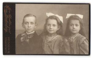 Fotografie Herm. Lindenberg, Meissen-R, Portrait Bub und zwei Mädchen mit Haarschleife