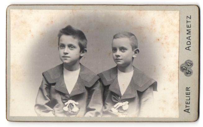 Fotografie Atelier Adametz, Wien, Portrait zwei Knaben in identischer Kleidung