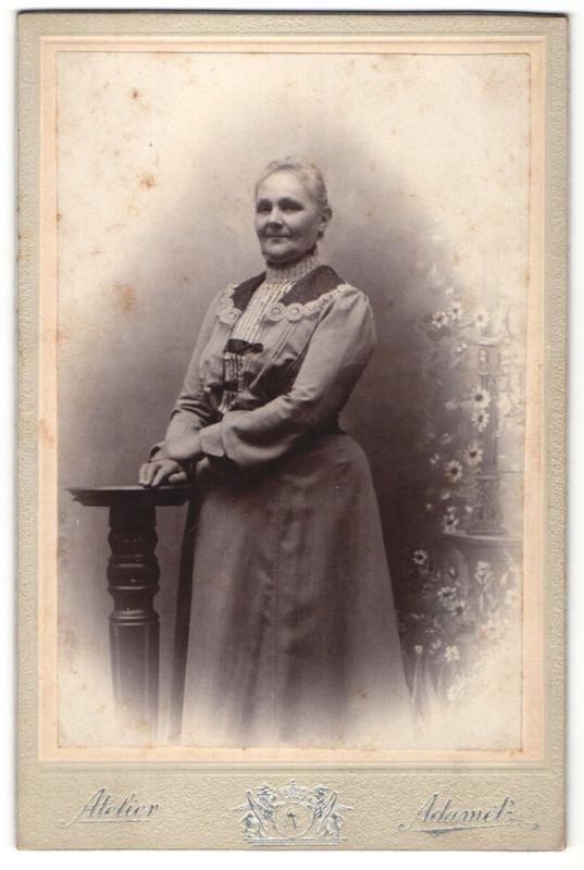 Fotografie Atelier Adametz, Wien, Portrait betagte Dame in zeitgenöss. Garderobe
