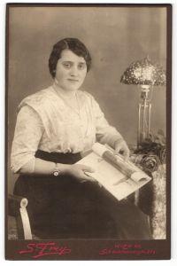 Fotografie S. Frey, Wien, Portrait junge Dame mit Armbanduhr