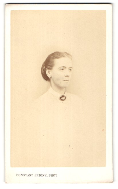 Fotografie Constant Peigne, Bordeaux, Portrait junge Frau mit zusammengebundenem Haar