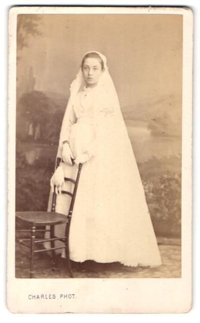 Fotografie Charles, Bordeaux, Portrait Mädchen in festlichem Kleid mit Schleier