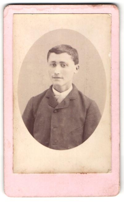 Fotografie Célestin Billard, Lyon, Portrait junger Mann in zeitgenöss. Garderobe