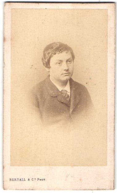 Fotografie Bertall & Cie., Paris, Portrait Knabe in zeitgenöss. Garderobe