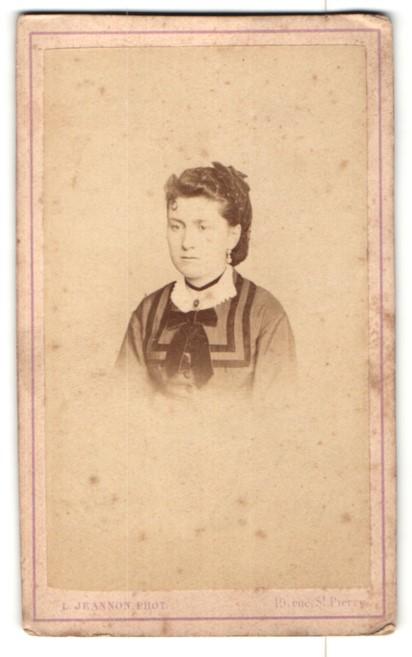 Fotografie L. Jeannon, Versailles, Portrait Dame mit Haarnetz