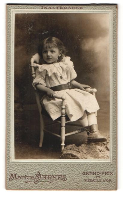 Fotografie Marius Marnas, St. Etienne, Portrait kleines Mädchen in Kleidchen