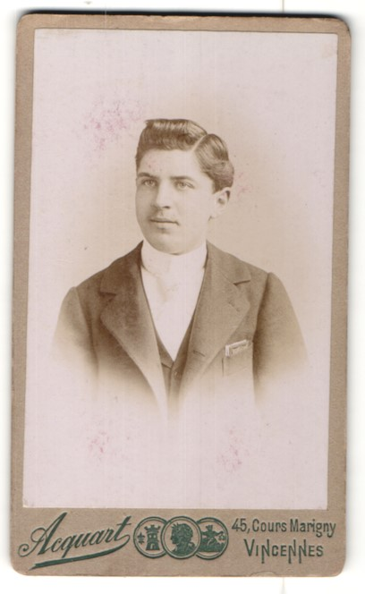 Fotografie Acquart, Vincennes, Portrait junger Herr mit zurückgekämmtem Haar