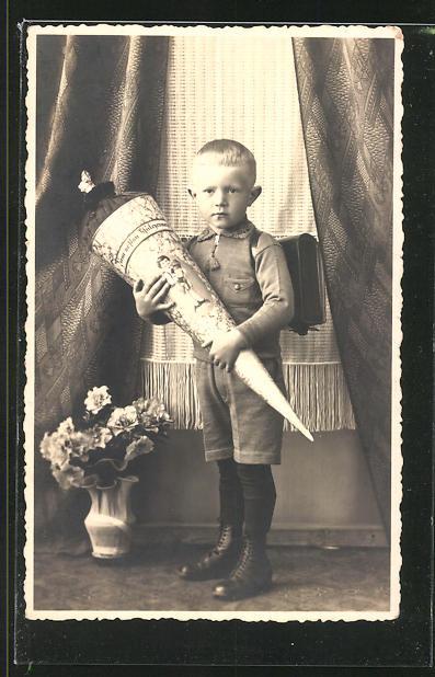 Foto-AK Blonder Schuljunge mit Zucketüte