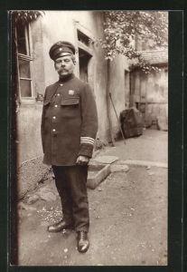 Foto-AK Feuerwehrmann posiert in Uniform