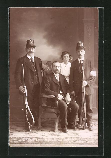Foto-AK Landsturm, zwei Männer in Zivil mit Tschako und Karabinern