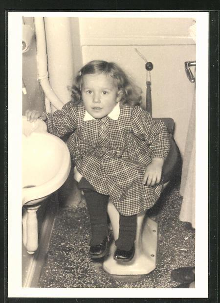 Foto-AK Kleinkind auf dem Lokus