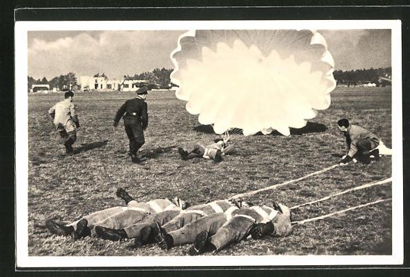 AK Fallschirmjäger nach der Landung auf dem Boden